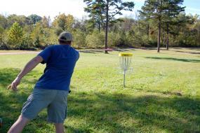 Disc golfer throwing a putt